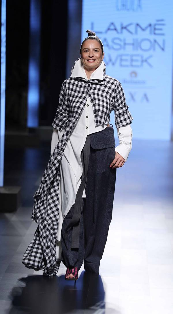Adhuna-Bhabani-walks-for-Chola-at-Model-the-IMG-presents-Restart-Fashion-show-at-Lakme-Fashion-Week-WF-17-1
